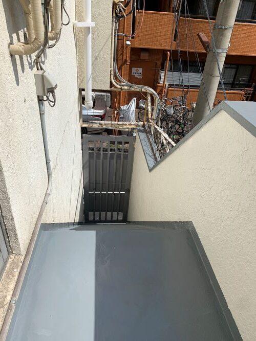 外部階段の外壁塗装とウレタン防水工事を行いました。画像